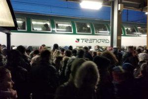 Sindaci e pendolari in campo insieme: odissea sui treni