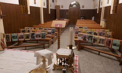 I fedeli seguono la messa… in foto