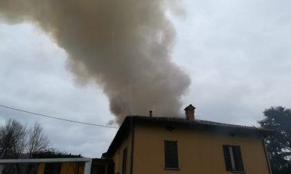 Incendio tetto, devastata una palazzina FOTO e VIDEO