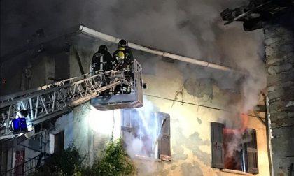 Incendio devastante, sfollate le famiglie di due palazzine FOTO