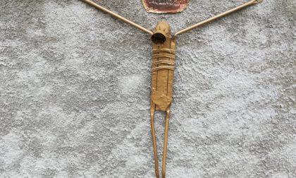 Un Cristo con materiale di recupero per le vittime del Coronavirus FOTO