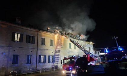 Incendio in cascina, tre famiglie evacuate: si contano i danni