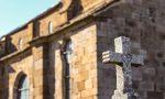 Cimitero chiuso, il Comune sistema le tombe e vi posa un ramoscello d'ulivo