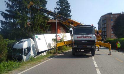 Camion ribaltato, bloccata la Provinciale