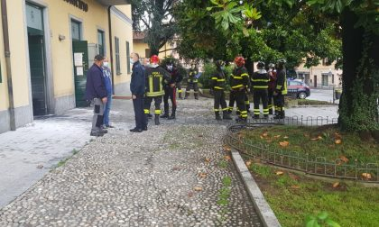 Choc a Brivio: incendiate le porte del municipio FOTO E VIDEO