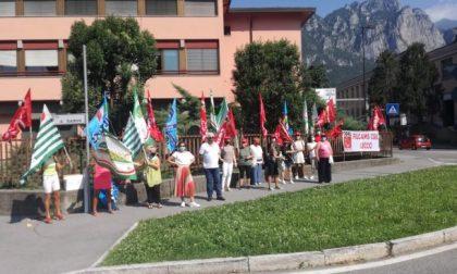 Mense e pulizie delle scuole, la protesta delle lavoratrici: da oltre tre mesi senza reddito