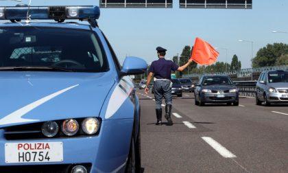 A bordo di un'auto rubata tenta di investire due poliziotti in Statale 36