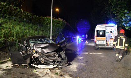 Incidente a mezzanotte: ragazza ferita, auto distrutta contro un albero