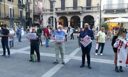 Lecco Pride e Agedo lanciano un flash mob a sostegno della legge contro l'omotransfobia in risposta alla manifestazione in piazza