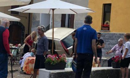 Paura:  auto piomba sulla piazzetta di un bar