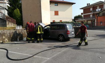 Incendio, accende l'auto e prende fuoco il motore FOTO