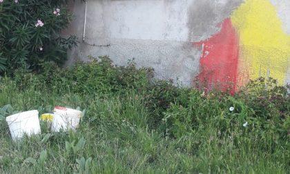 Vandali imbrattano delle pareti con la vernice: l'ira del sindaco