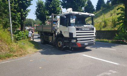 Scontro tra camion e moto, giovane centauro trasportato in ospedale FOTO