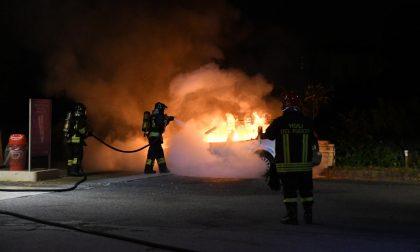 L'auto va a fuoco all'improvviso, l'automobilista di Missaglia parcheggia al distributore di benzina FOTO