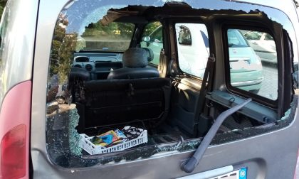 Rubano un'auto sfondando il cancello. La Polizia Locale ritrova il veicolo danneggiato FOTO