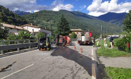 Muletto urta il ponte della ferrovia e cade dal camion, linea ferroviaria Lecco-Tirano bloccata FOTO