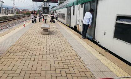 Caos in stazione: giovane ferito dà in escandescenze e blocca il treno chiudendosi in bagno
