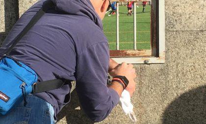 Il calcio a Merate ai tempi del Covid, genitori assiepati all'esterno (con tanto di scala) LE FOTO