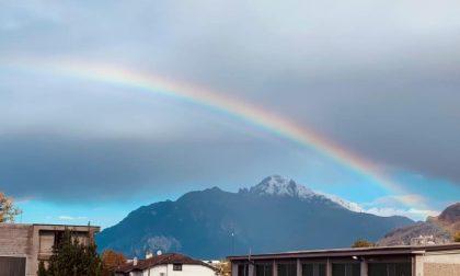 Dopo il maltempo via le nuvole e il cielo regala un arcobaleno spettacolare FOTO