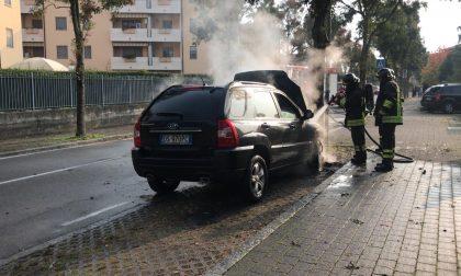 Un'auto va a fuoco a Terno d'Isola FOTO