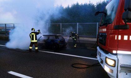 Auto a fuoco sulla Tangenziale Est in direzione Lecco: intervengono i pompieri FOTO