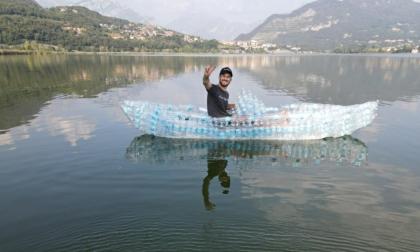 Nel lago con una barca di bottiglie: l'impresa di uno youtuber meratese