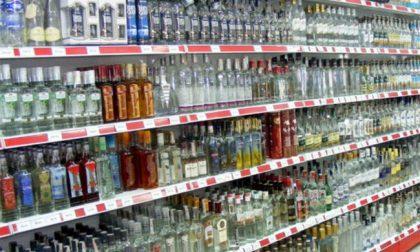 Coprifuoco. Dietrofront sugli alcolici: si possono comprare nei supermercati dopo le 18