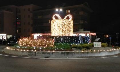 Cisano, la Santa Lucia porta in dono un pacco natalizio illuminato! FOTO