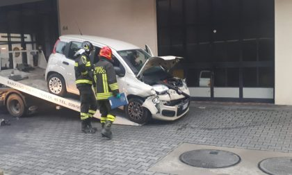 Perde il controllo della sua auto e si schianta contro un suv, soccorsa 69enne FOTO