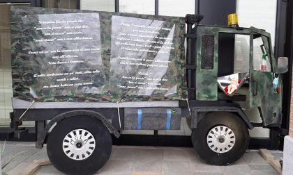 Il camion militare che trasporta le bare dei morti di Covid sostituisce il presepe FOTO