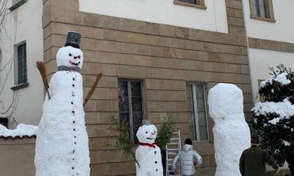 Follie da nevicata: altro che pupazzi, ecco i giganti di neve! FOTO e VIDEO