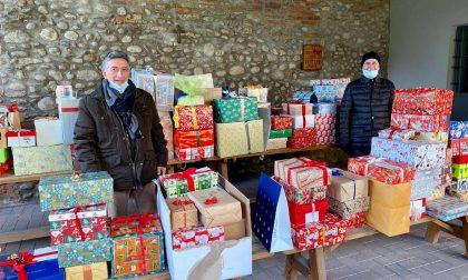 Le scatole di Natale scaldano il cuore delle famiglie in difficoltà FOTO