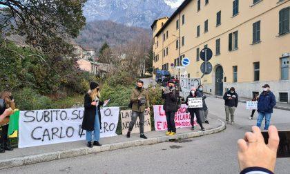 Carlo Gilardi, manifestazione fuori dalla Rsa dove è ricoverato FOTO