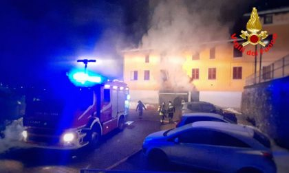 Incendio in un box, evacuata un'intera palazzina FOTO