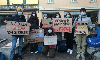 Lezioni in piazza per protestare contro la didattica a distanza: foto e video