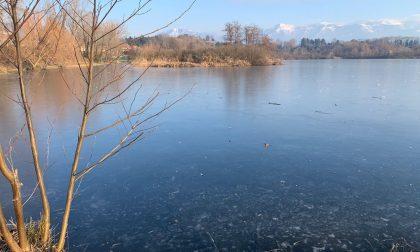 La magia del lago ghiacciato, lo spettacolo della natura che incanta ogni volta