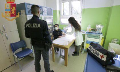 Vaccinati i primi poliziotti lecchesi con Astrazeneca