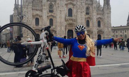 Si trasforma in Superman e pedala fino al Duomo FOTO