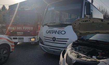 Scontro tra pullman e auto all'incrocio: due feriti in condizioni serie