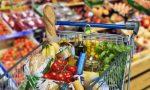 Ruba generi alimentari al supermercato, ma viene beccata. Un anziano le paga la spesa