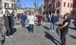 """""""Priorità alla scuola"""": genitori, insegnanti e ragazzi presidiano piazza Cermenati a Lecco"""