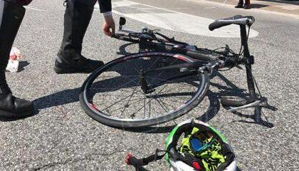 Due ciclisti caduti dalla bici e feriti sulle strade della Brianza