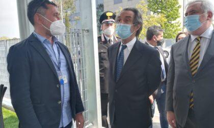 Fontana visita il centro di vaccinazione di massa del Meratese: le foto e i video
