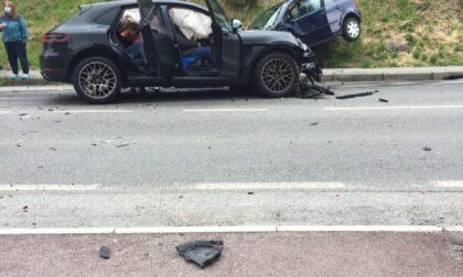 Incidente stradale, auto ribaltata e traffico in tilt