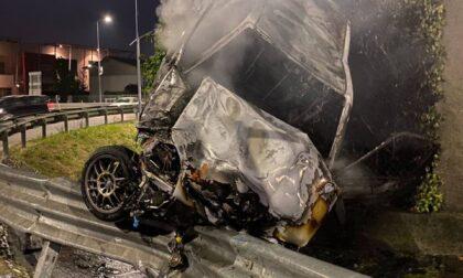 Incidente stradale, l'auto prende fuoco: le foto