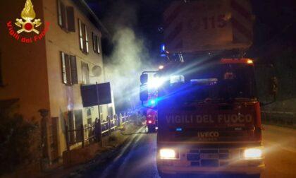 Incendio, persona estratta dalla casa in fiamme: le foto