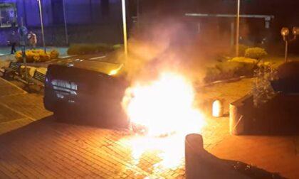 Furgone avvolto dalle fiamme: paura per due ragazzi