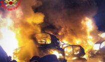 Incendio devastante in un deposito di auto