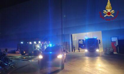 Incendio nella notte in un deposito di materiali