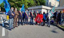 Sciopero della sanità lecchese: lavoratori in presidio davanti al Mandic, in campo anche i sindaci